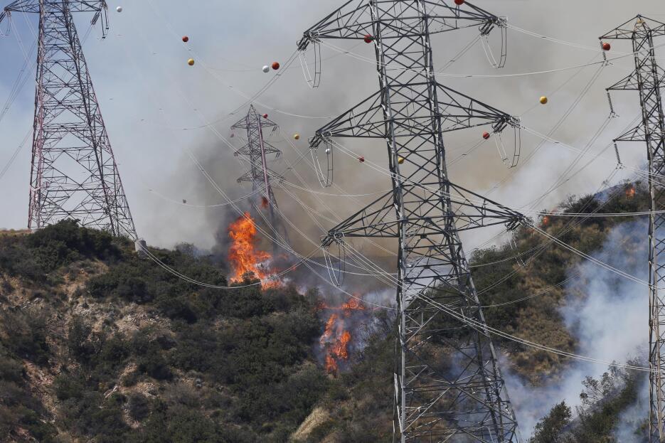 El incendio llega a la base del tendido eléctrico en Azusa, Los Ángeles.