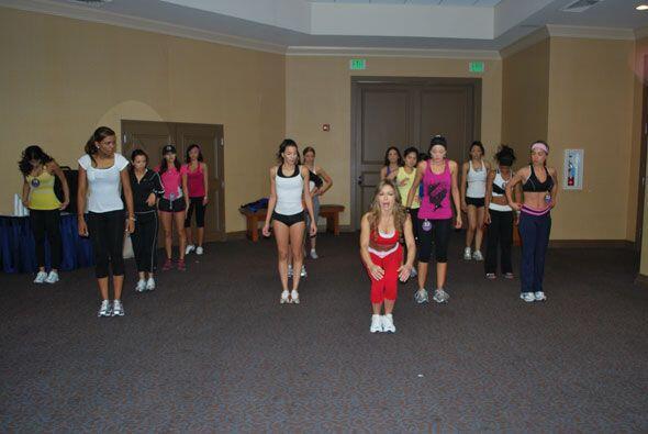 Claudia Molina muestra cómo hacer el ejercicio y las chicas ponen atención.