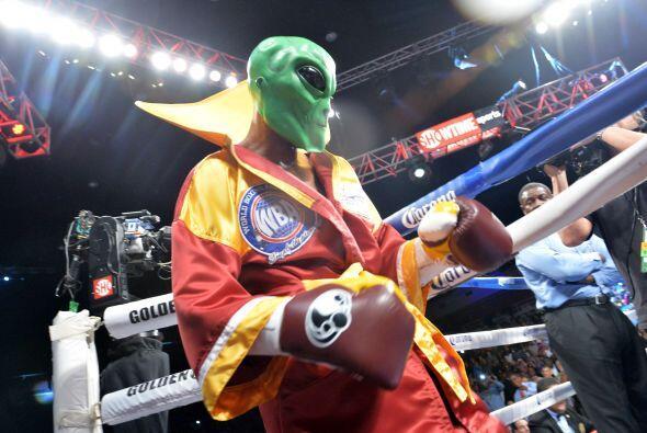 Bernar Hopkins subió al ring con su máscara de The Alien para enfrentar...