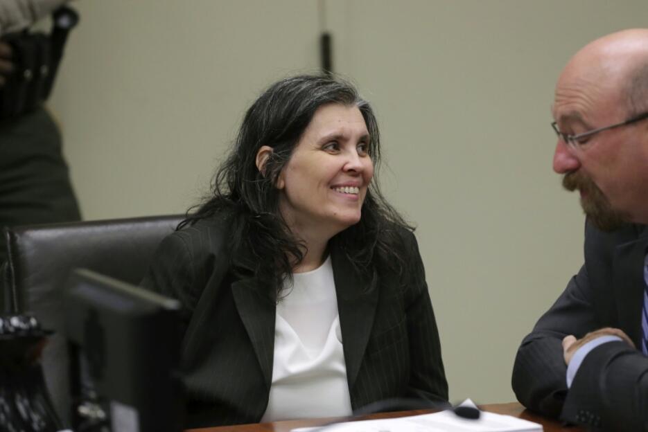 Louise Anna Turpin sonríe con su abogado durante la audiencia judicial d...