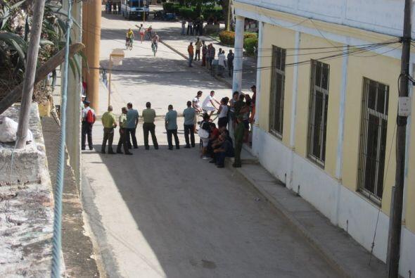 Agentes de la seguridad cubana bloquean una calle en Holguín para impedi...