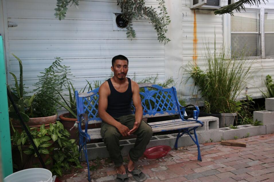 López, que nació en el estado mexicano de Chiapas, se sienta en un banco...