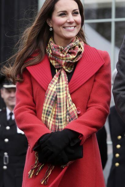 Durante una visita a Escocia, la duquesa Catalina, lució sonriente su in...