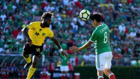 El mexicano Erick Gutiérrez y el jamaiquino Owayne Gordon disputan el ba...