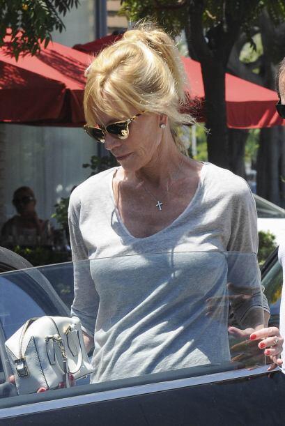Ahora fue vista con un hombre misterioso almorzando en Beverly Hills.Mir...