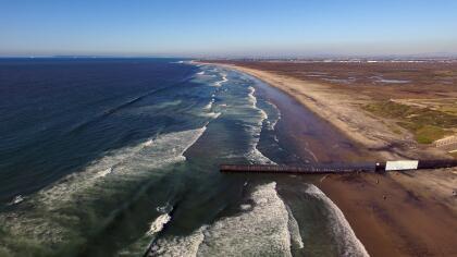 <b>Océano Pacifico.</b> La cerca que nace en el mar, entre Tijuana y San Diego, se interrumpe abruptamente después de 12 millas, al comienzo de las montañas al este de ambas ciudades.