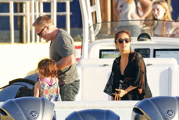 Pasea en bote y convive con sus hijos y los de su marido Pinault envuelt...