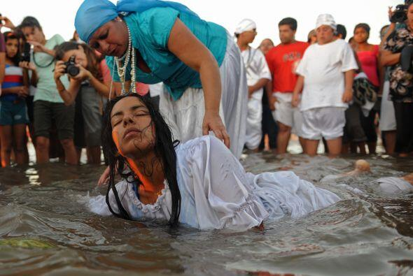 En Uruguay, el 2 de febrero es para Yemanjá, la diosa del mar, qu...