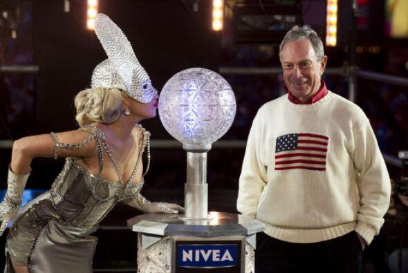 La cantante Lady Gaga activó la caída de la bola de cristal que marcó el...