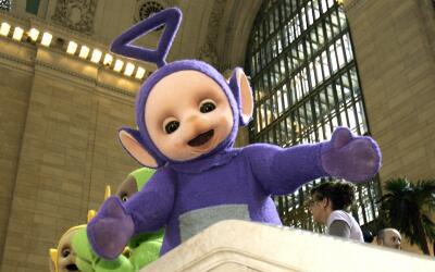 El teletubby conocido como Tinky Winky posa en Grand Central Station en...