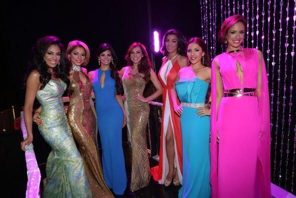 Las chicas posando con sus vestidos de noche, ¿a poco no lucen como unas...