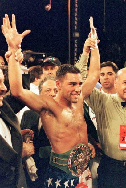 De la Hoya derrotó a Chávez por nocaut técnico en el cuarto rollo. Despú...