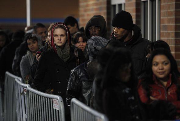 Tuvieron que hacer largas filas, como si estuvieran a la espera de ingre...