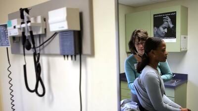 Una paciente se atiende en Codman Square Health Center, en Dorchester, M...