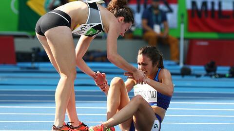Atletas se ayudan tras caída y, a pesar de quedar en último lugar, juece...