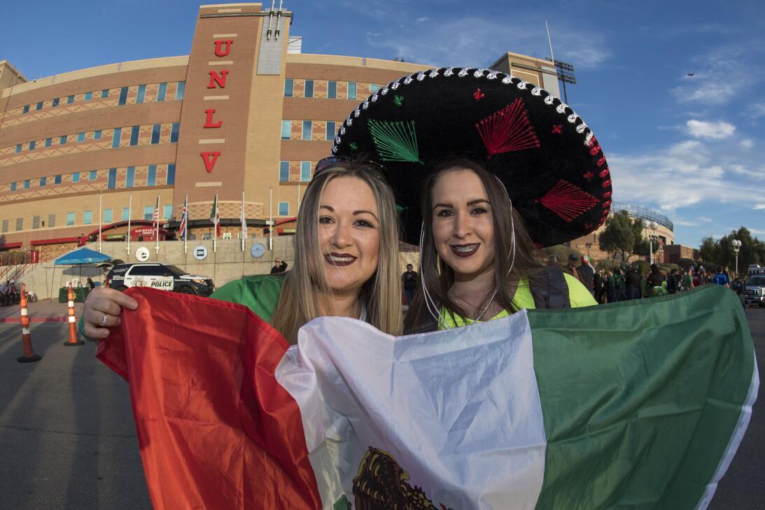 La fiesta de los mexicanos en el partido contra Islandia 20170208_2132.jpg