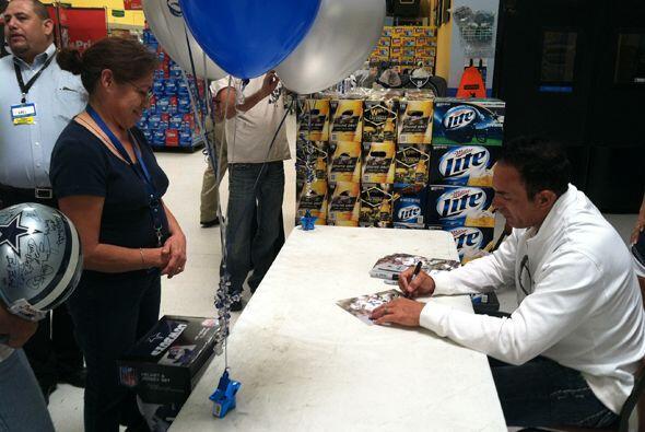 El jugador de los Dallas Cowboys estuvo consintiendo a sus fans de El Pa...