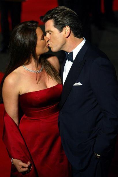 Su mujer, Keely es la que tiene a Brosnan todas las noches para ella sol...