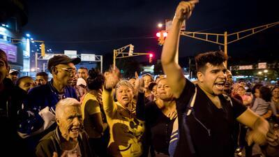 Un grupo de personas protesta la noche del miércoles 27 de diciembre en...