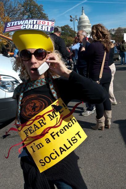 Varios votantes se reunieron afuera de un centro comercial de Washington...