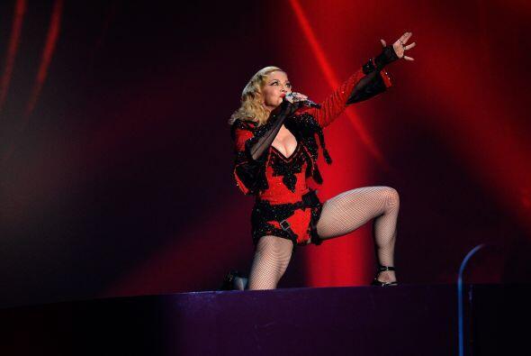 Interpretó el tema 'Living for Love'.