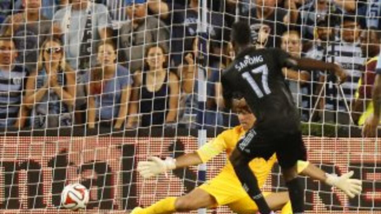 Sapong de Kansas City Sporting anotando al Manchester City.
