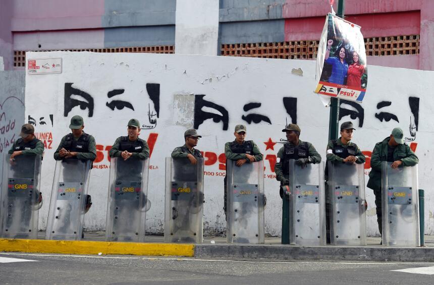 Soldados de la Guardia Nacional resguardan un centro de votación en la c...
