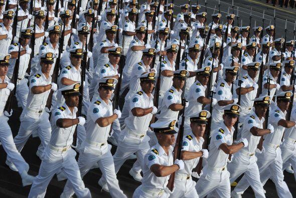 Las fuerzas armadas cubanas mostraron algunos de sus pertrechos muchos d...
