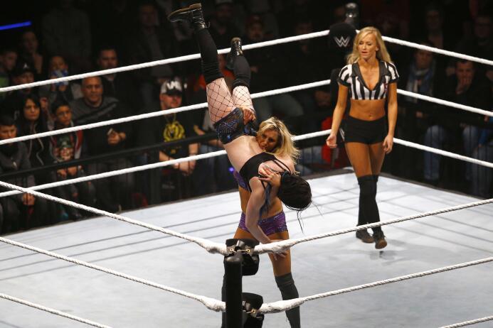 Summer Rae, la sensual luchadora libre que se convirtió en presentadora...