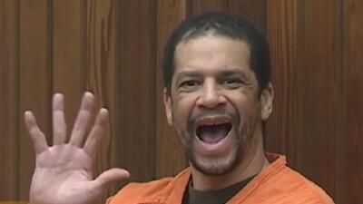 Acusado de asesinar a sus propios padres saluda y sonríe a una cámara cuando le dictan sentencia