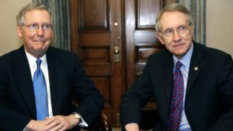 Mitch McConnell (izquierda) fue reelecto este jueves como jefe de los re...