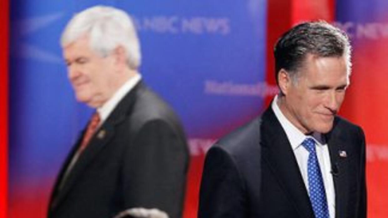 Los precandidatos presidenciales republicanos Newt Gingrich (izquierda)...