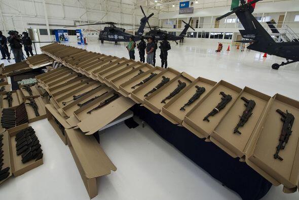 Los policías hicieron una revisión y encontraron el arsenal en un compar...