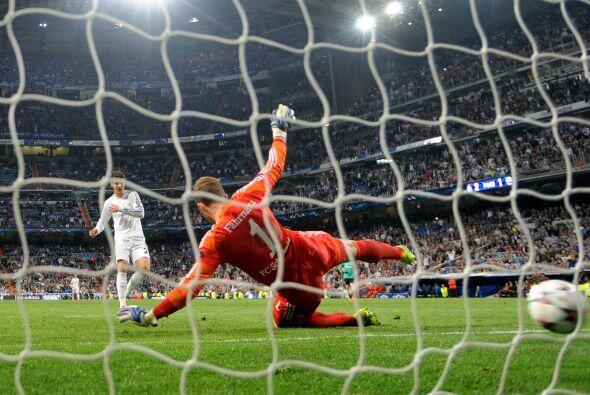 Aún llegaría un tercer tanto para el Madrid, de hecho fue un minuto desp...
