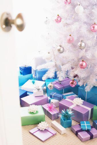 Puedes optar por una navidad blanca que nos evoca a la nieve, así que si...