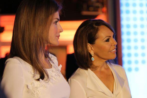 Letizia Ortiz Rocasolano y Maria Elena Salinas, durante la visita de la...