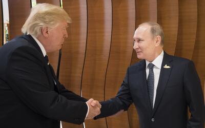 Donald Trump estrecha la mano del presidente ruso Vladimir Putin antes d...