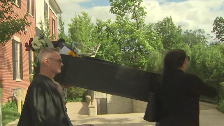 Realizan un funeral simbólico por la Universidad Northeastern Illinois p...