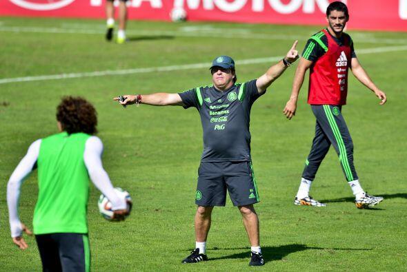 Miguel Herrera dando indicaciones a Ochoa