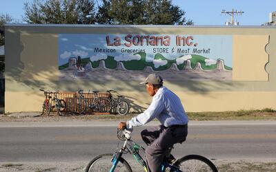 En Immokalee, muchos indocumentados prefieren la bicicleta al auto para...