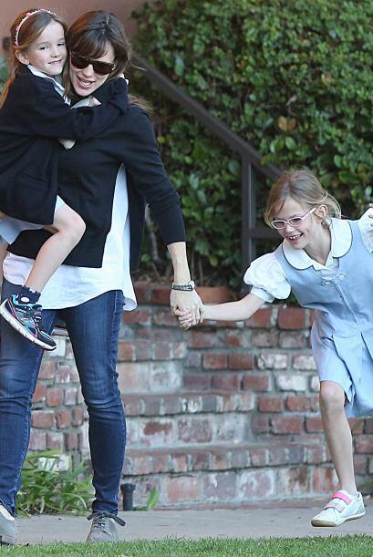 Cargando a Seraphina y tomando de la mano a Violet.