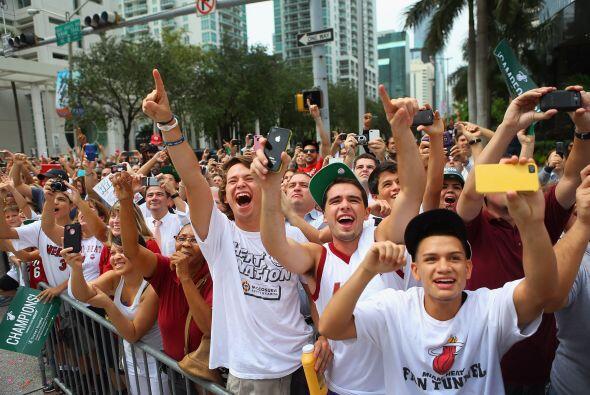 Los fanáticos, por su parte, dieron rienda suelta al entusiasmo junto a...