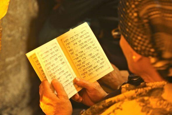 Una mujer leyendo el corán, el libro sagrado de los musulmanes.