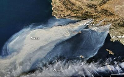 La humareda por los incendios en el condado de Ventura vista desde el es...
