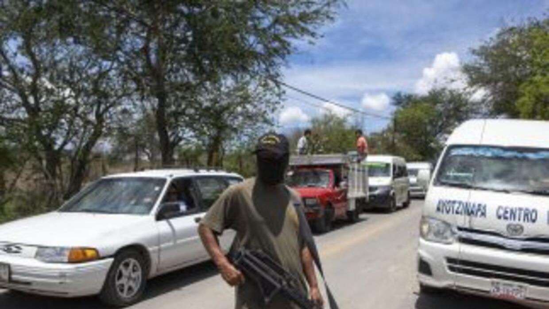 Un miembro de la policía comunitaria de Guerrero durante las acciones pa...