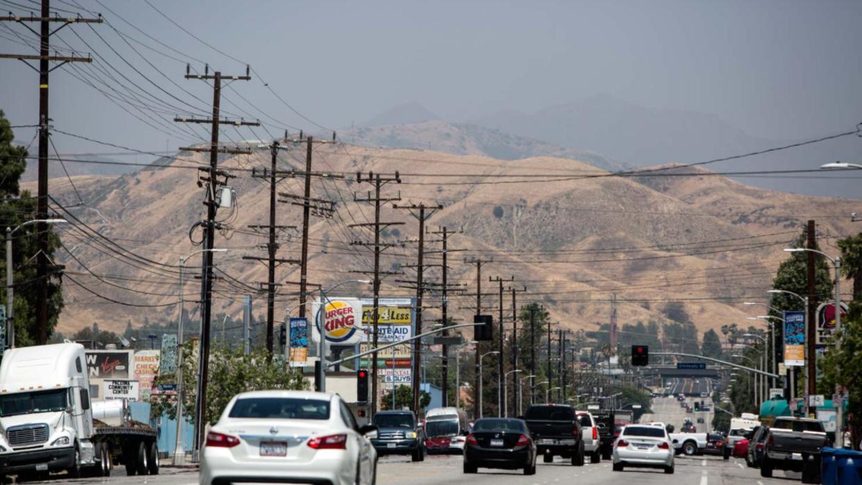 Los vehículos circulan a través del Valle de San Fernando, en Los Ángele...