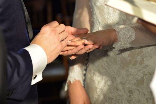 Jorge puso el bello anillo de matrimonio en la mano de su esposa.
