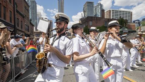 Banda de la Armada de Canadá en un desfile del Día del Orgullo Gay