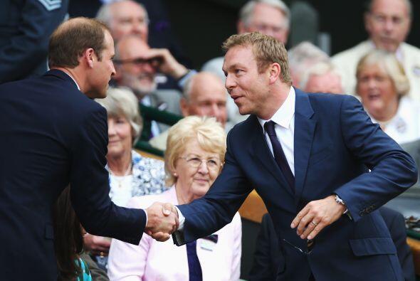 Chris Hoy saludando al Duque de Cambridge. Mira aquí los videos más chis...