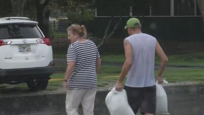 Residentes de la isla Tybee preparan sus hogares ante la llegada del huracán Florence